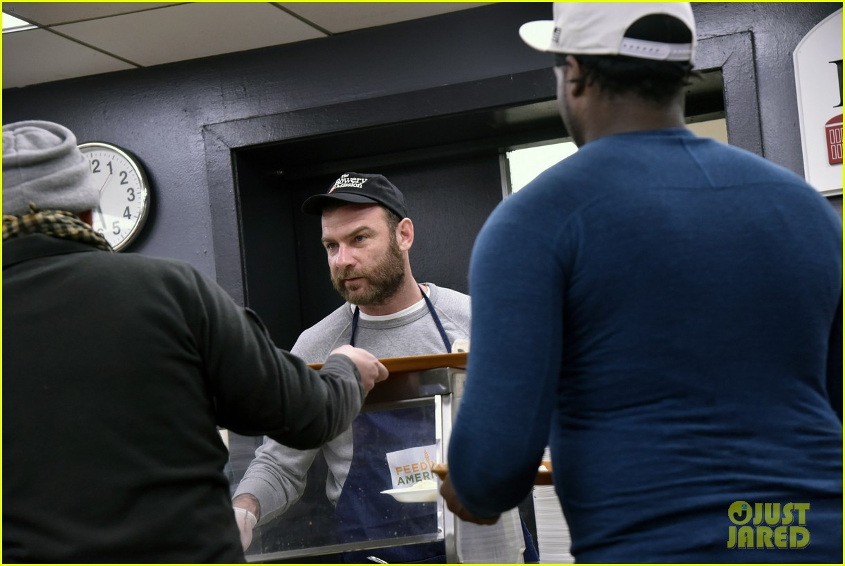 liev schreiber sons volunteer at bowery mission in nyc 124068662