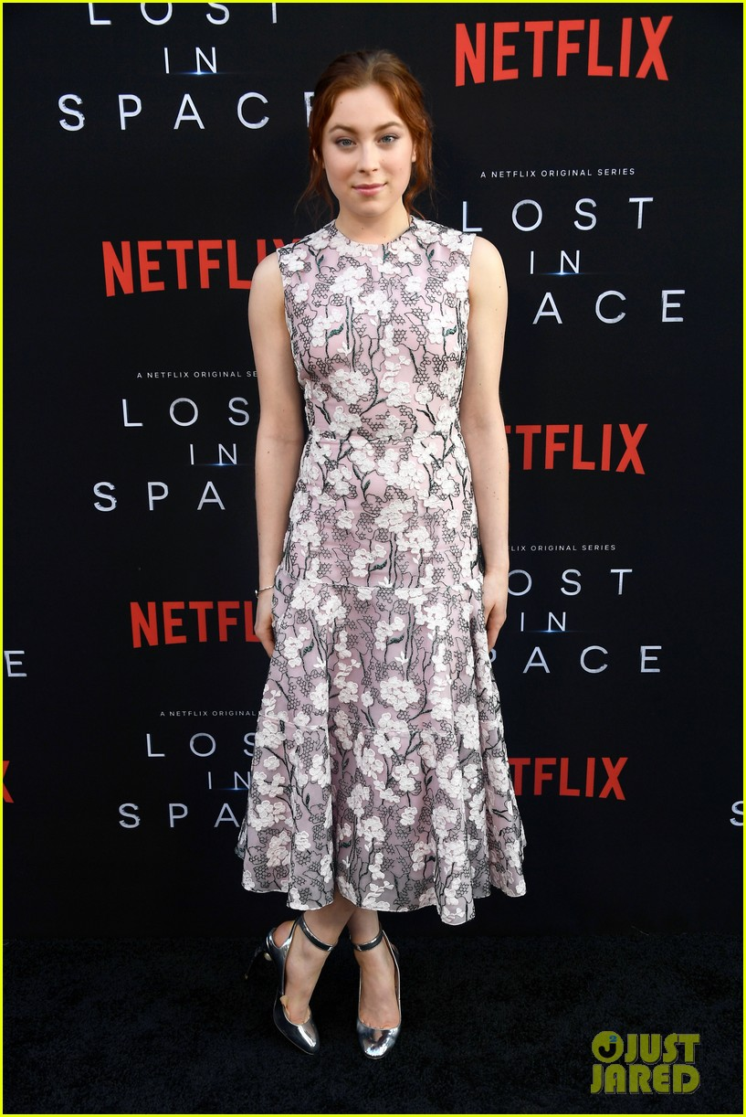 lost in space premiere april 2018 00 24062338