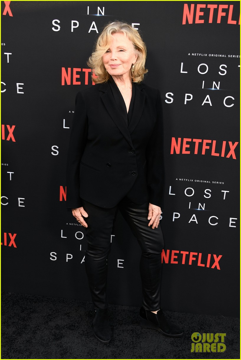 lost in space premiere april 2018 084062349