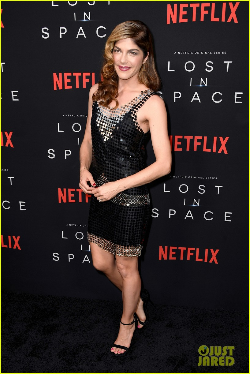 lost in space premiere april 2018 114062351