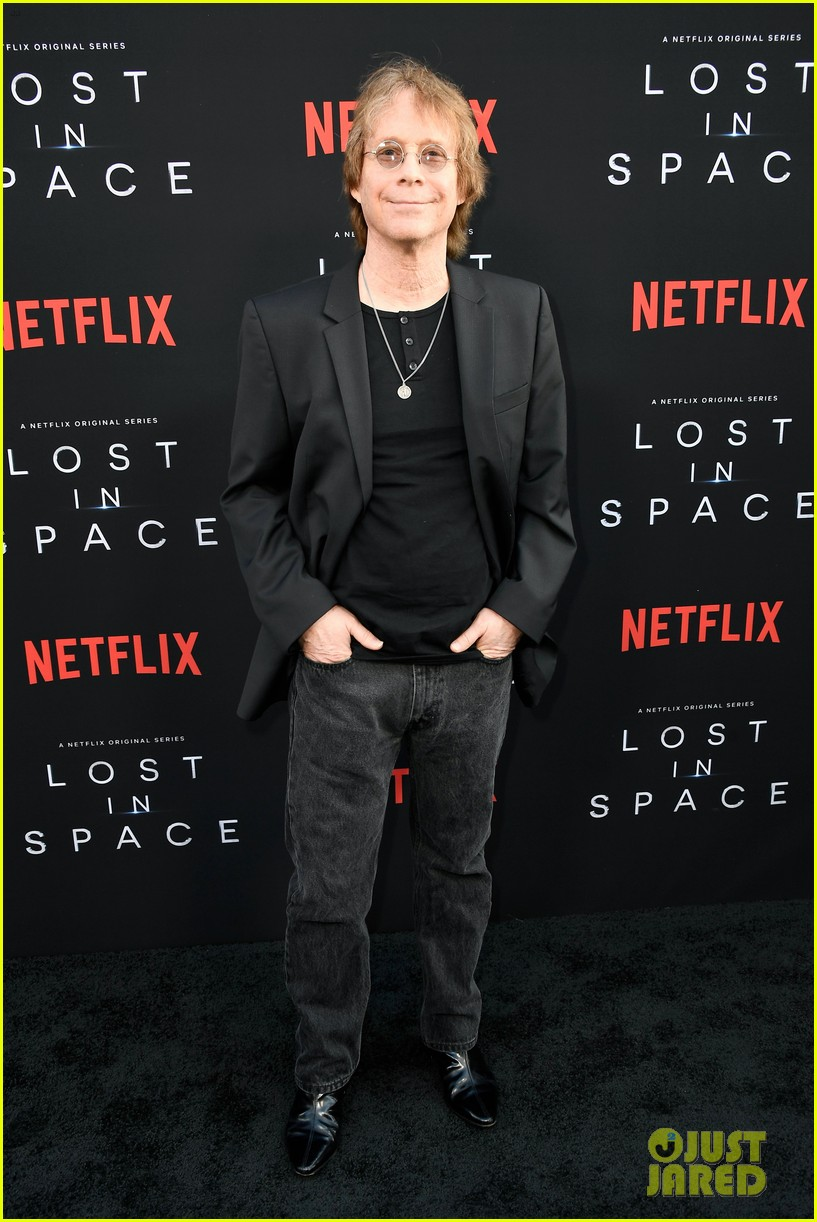 lost in space premiere april 2018 224062359