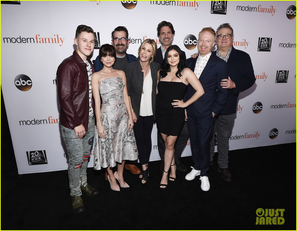 modern family cast teams up for fyc event in hollywood 014066184