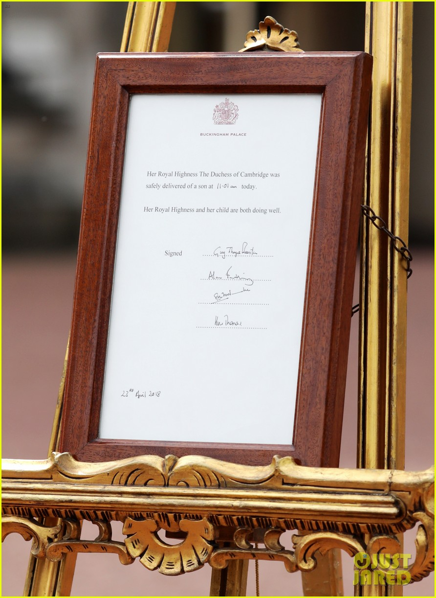 buckingham palace announcement out front 024069256