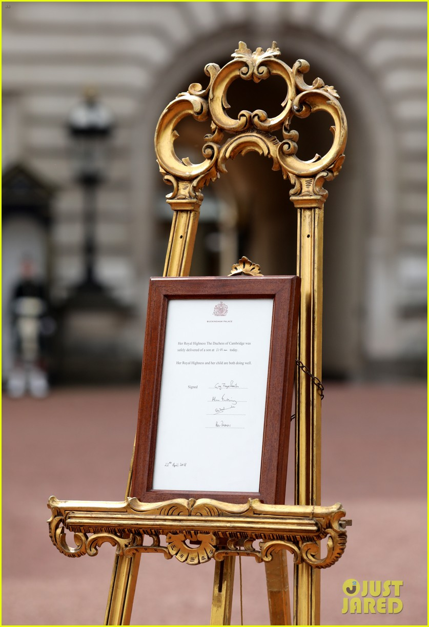 buckingham palace announcement out front 034069257