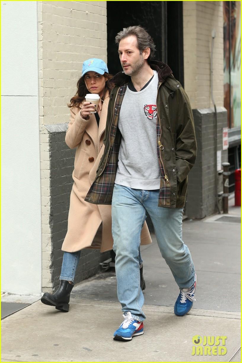 aubrey plaza steps out with boyfriend jeff baena in nyc 014067639
