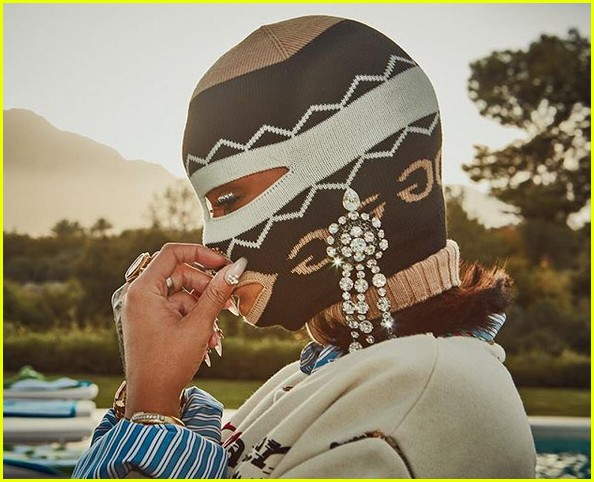 Rihanna Keeps Her Face Covered in Latest Coachella Look ...