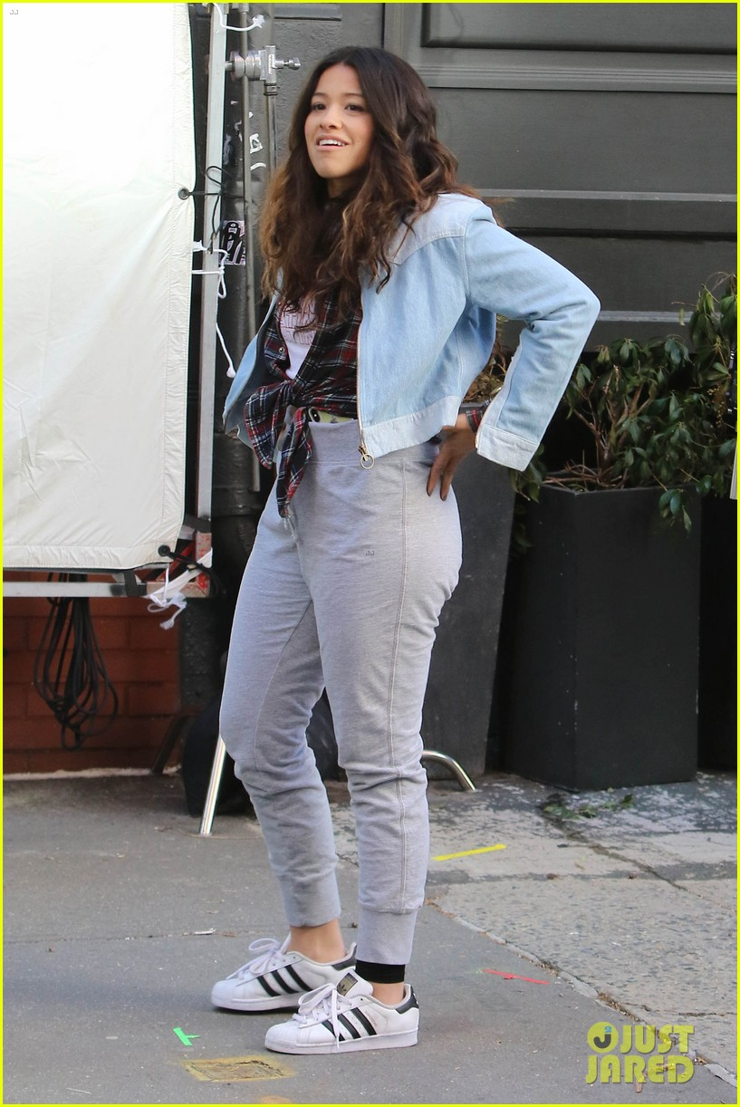 gina rodriguez rosario dawson goof off on set 044067493