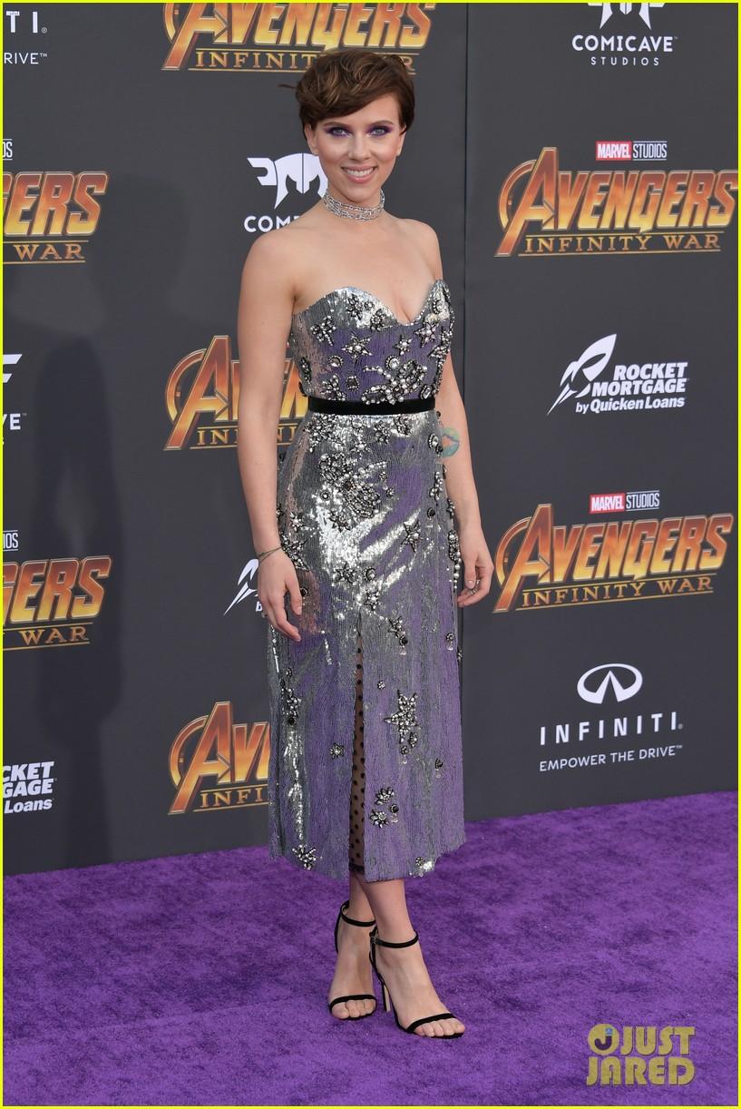 Scarlett Johansson Amp Colin Jost Make Red Carpet Debut At