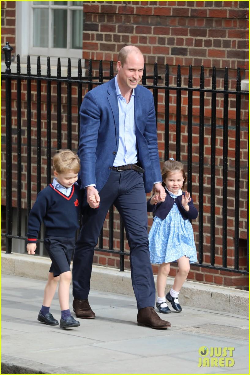 Pangeran George dan Putri Charlotte terlihat mendatangi rumah sakit untuk melihat adiknya (dok. Just Jared)