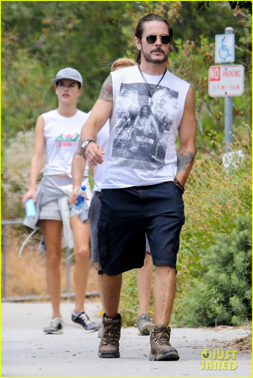 alessandra ambrosio goes hiking with producer raul guterres 074091538