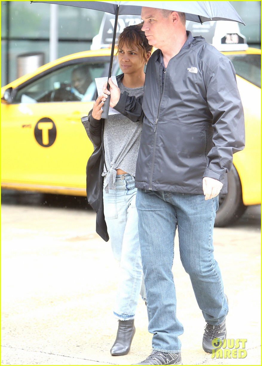halle berry arrives back in new york after quick trip away 014092427