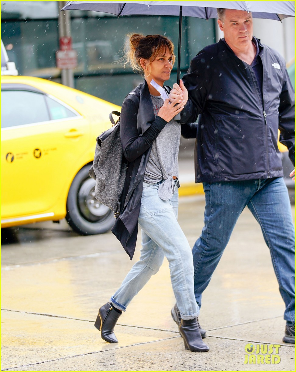halle berry arrives back in new york after quick trip away 054092431