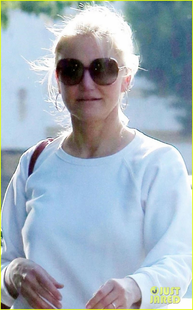 cameron diaz keeps it casual for afternoon shopping trip 044090320