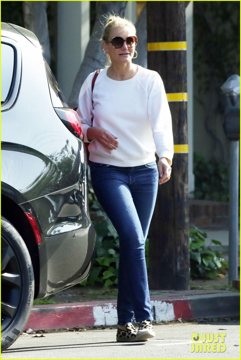 cameron diaz keeps it casual for afternoon shopping trip 054090321