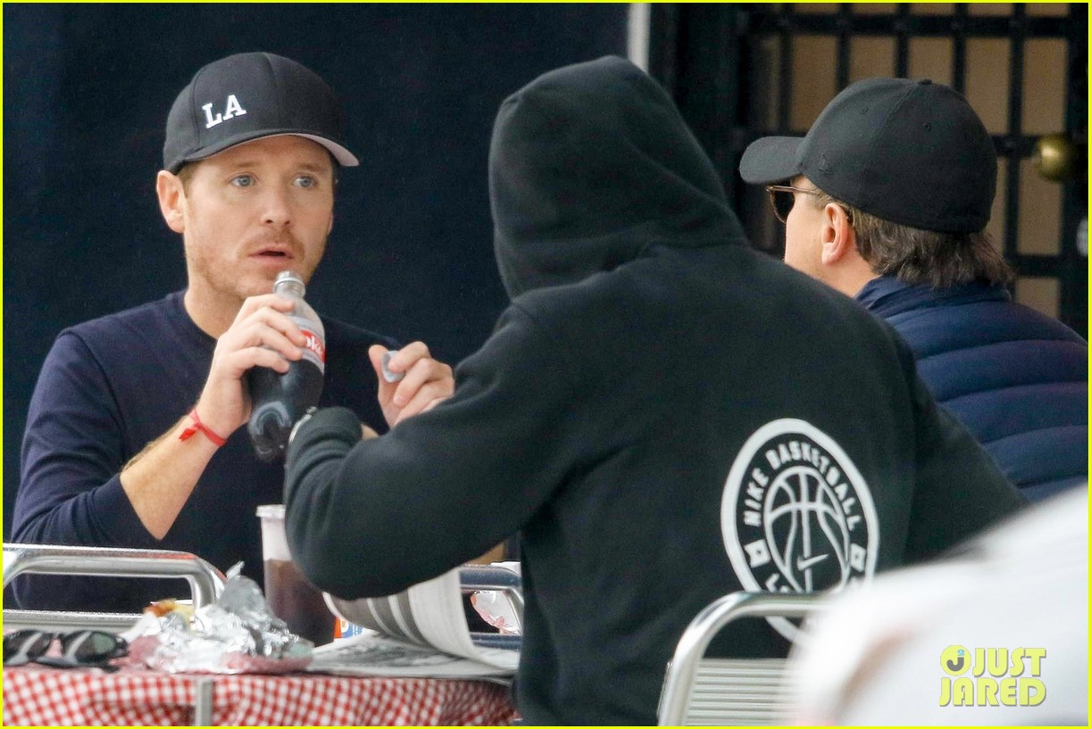 leonardo dicaprio and kevin connolly grab a bite together 114090515