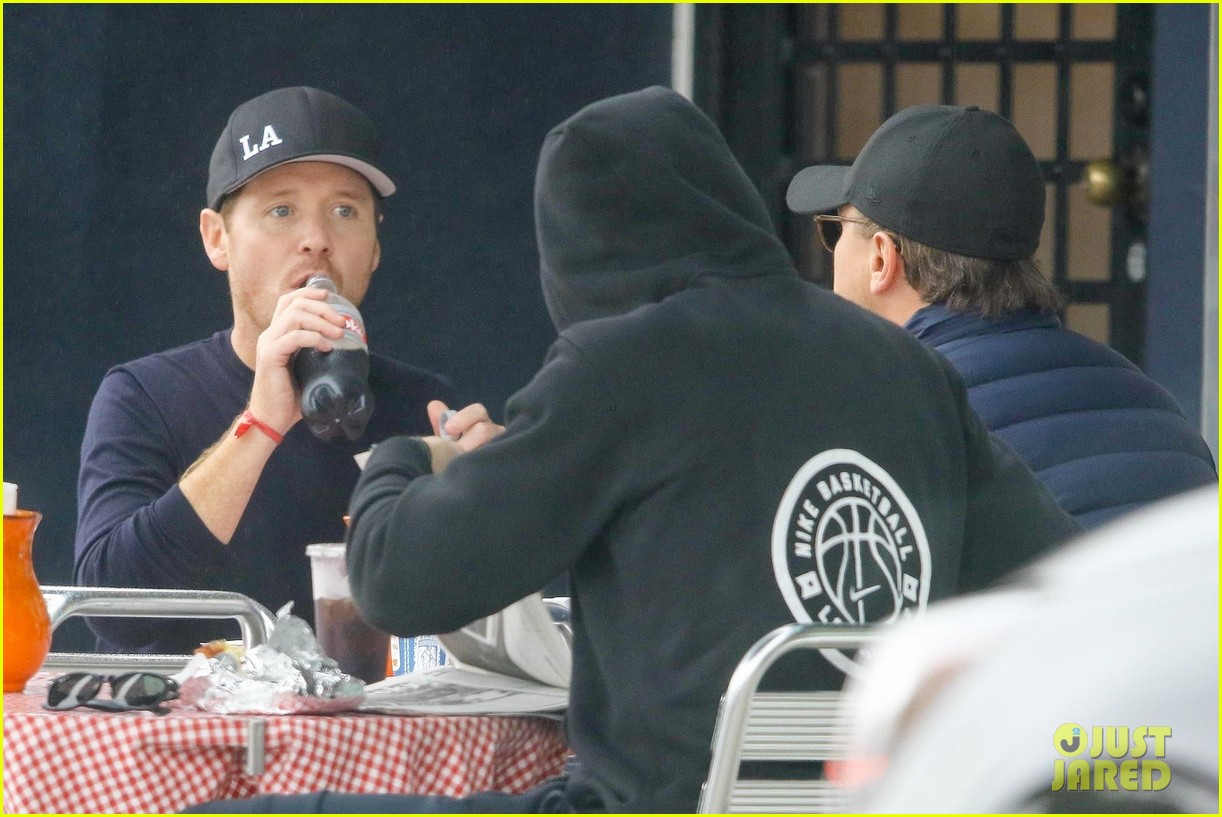 leonardo dicaprio and kevin connolly grab a bite together 124090516