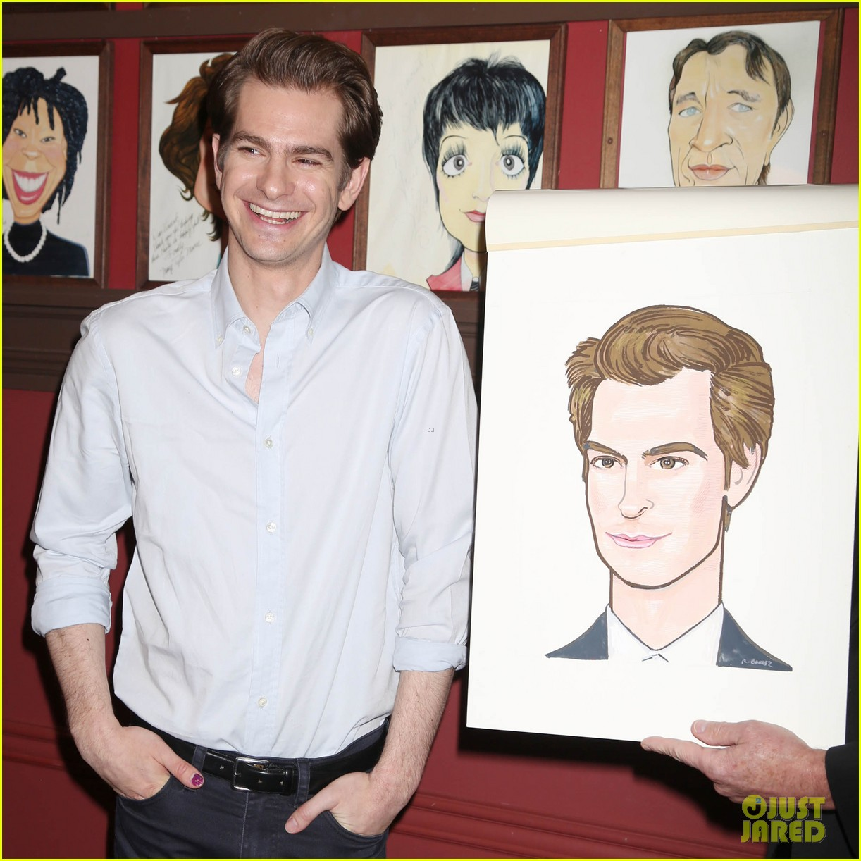 andrew garfield has best reaction to sardis caricature unveiling 014093607