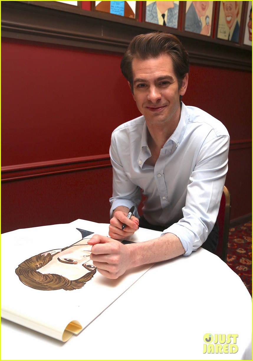 andrew garfield has best reaction to sardis caricature unveiling 034093609