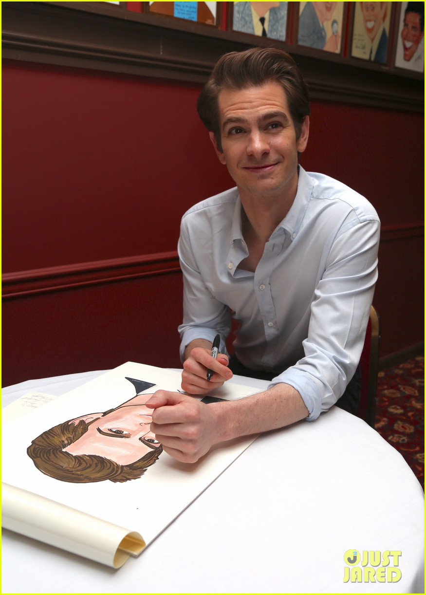 andrew garfield has best reaction to sardis caricature unveiling 054093611