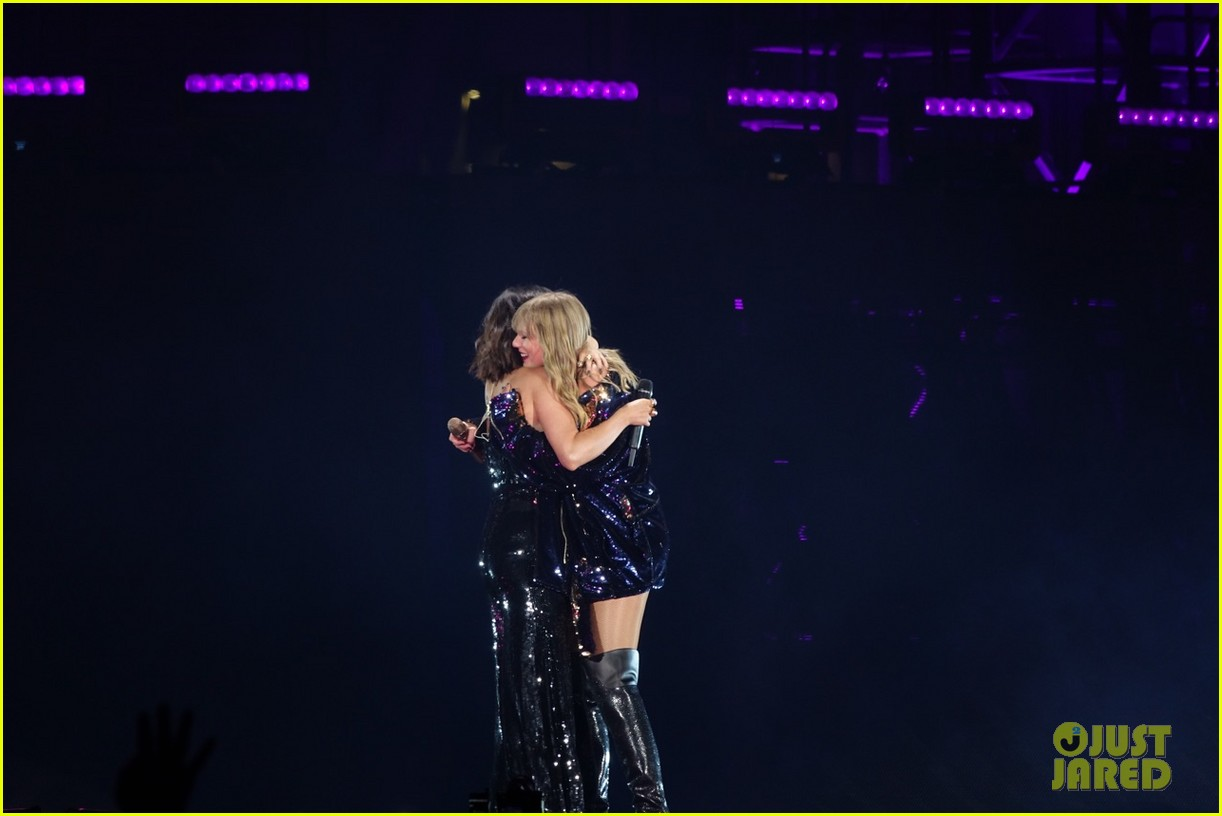 selena gomez makes surprise appearance at taylor swift reputation tour show 024087017