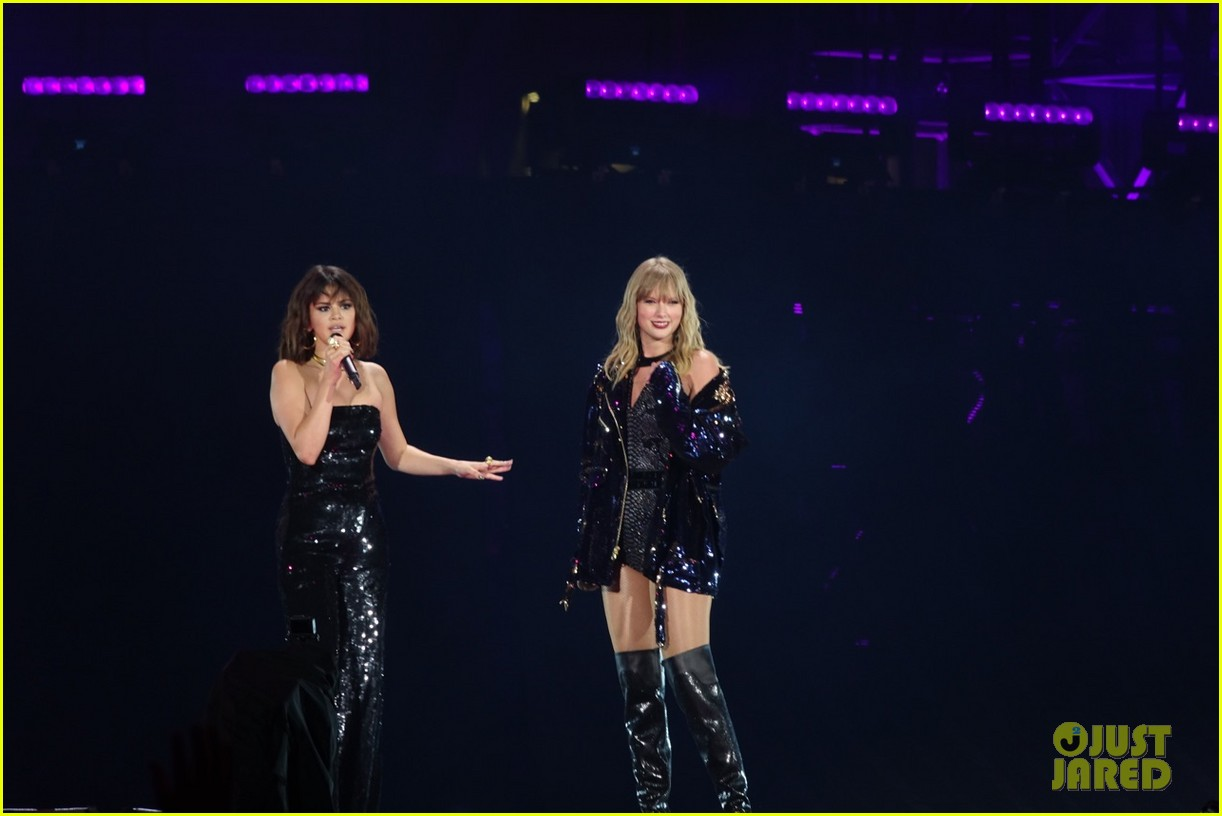 selena gomez makes surprise appearance at taylor swift reputation tour show 084087023