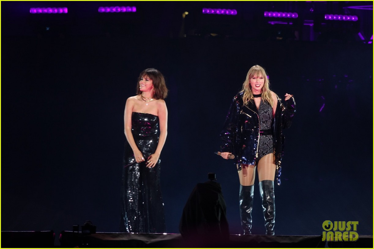 selena gomez makes surprise appearance at taylor swift reputation tour show 094087024