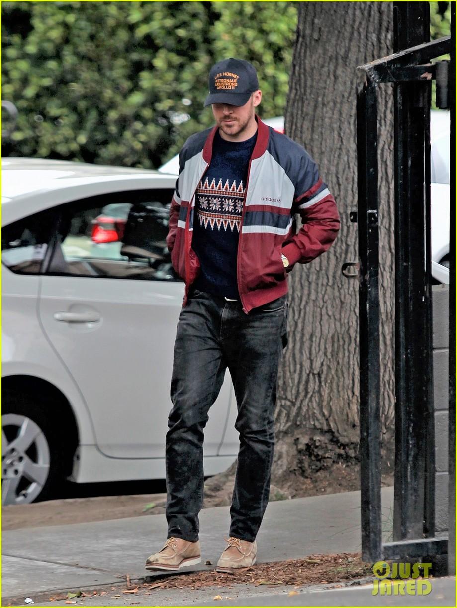 ryan gosling keeps low profile in los angeles 014090596