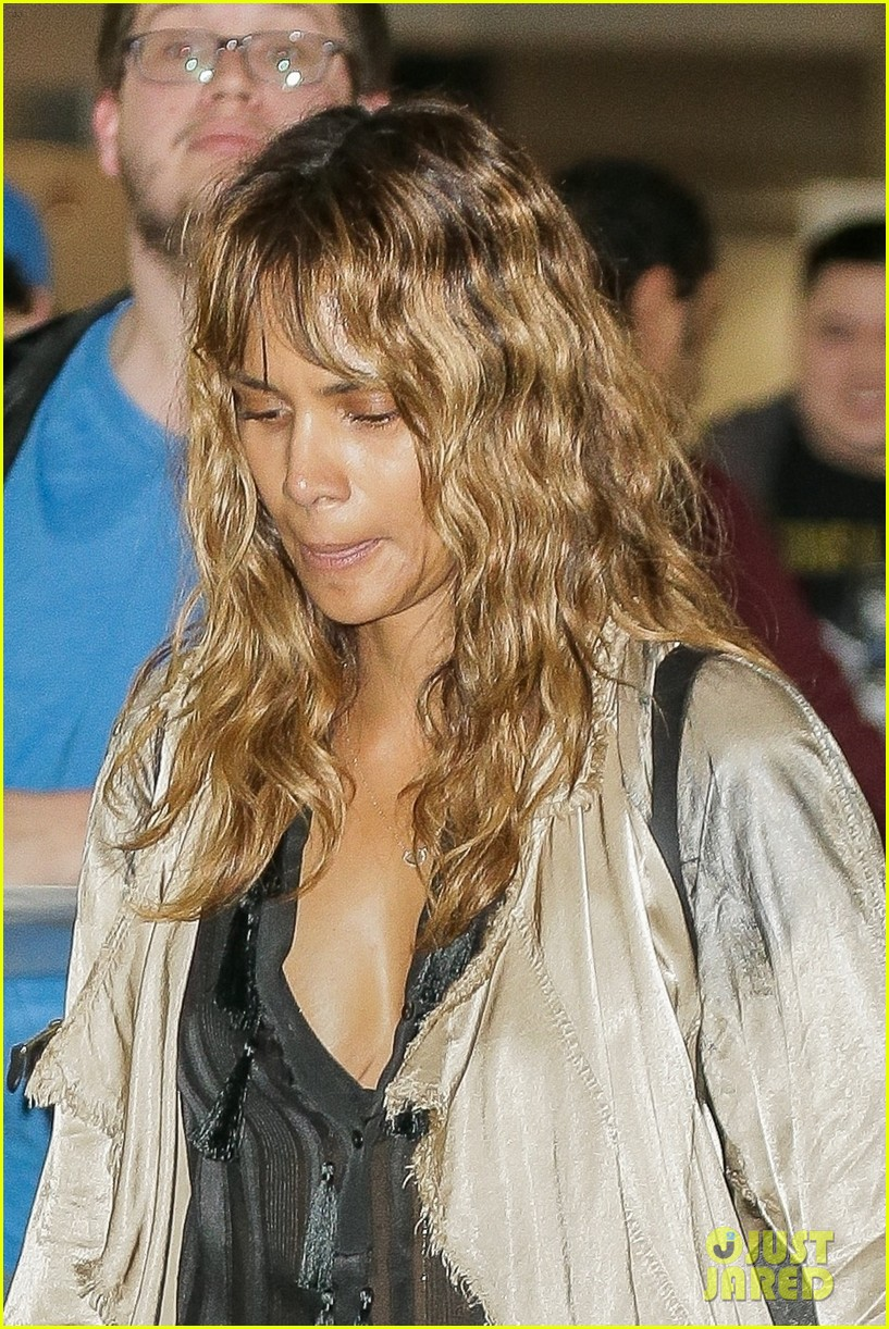 halle berry airport photos 054089997