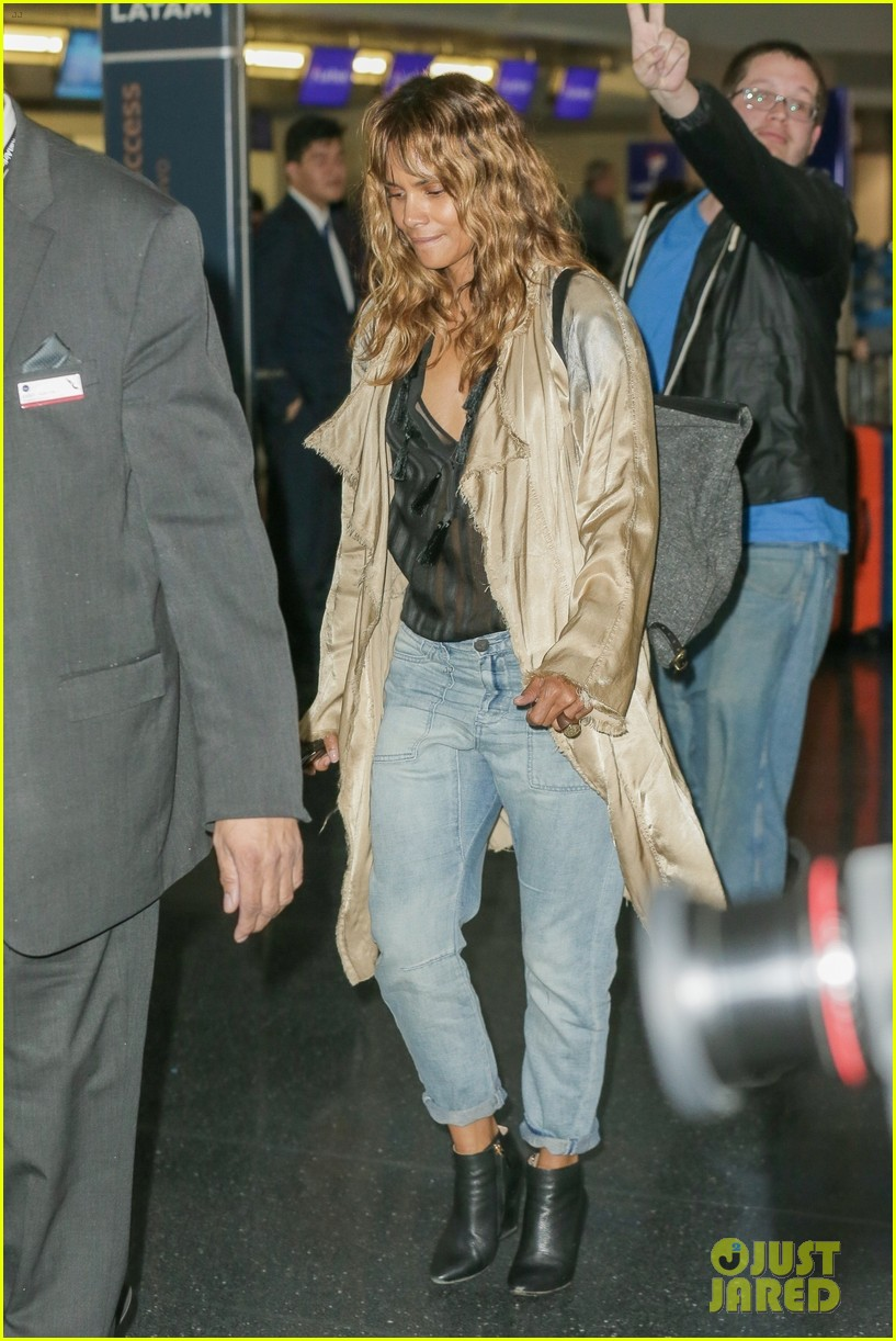 halle berry airport photos 194090011