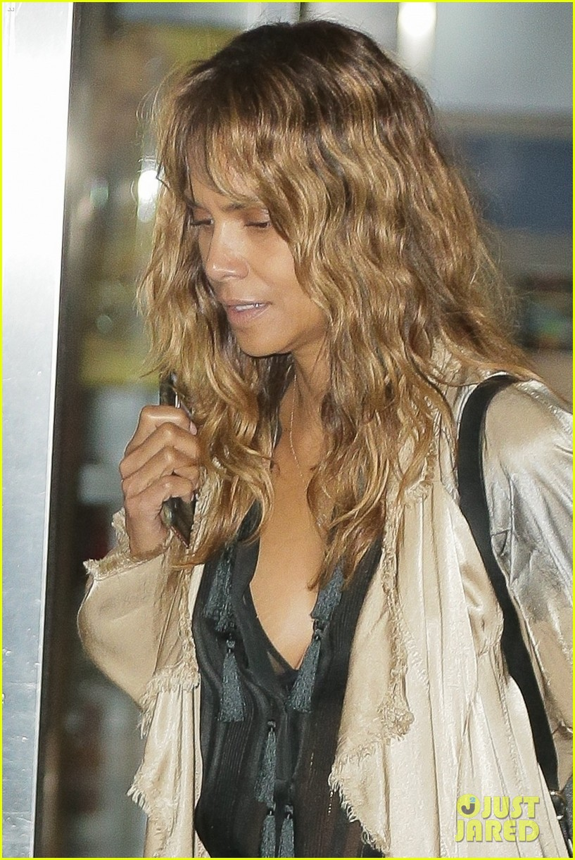 halle berry airport photos 294090021