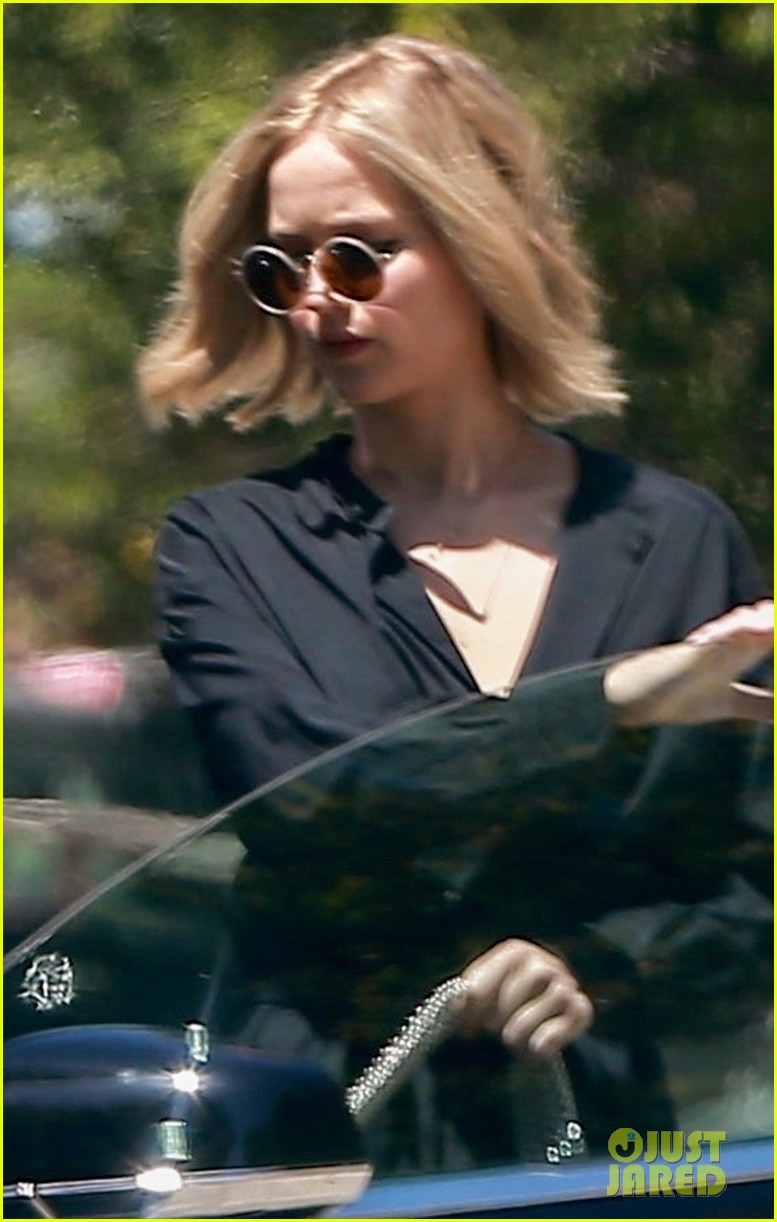 jennifer lawrence kicks off her day with a meeting 044076524