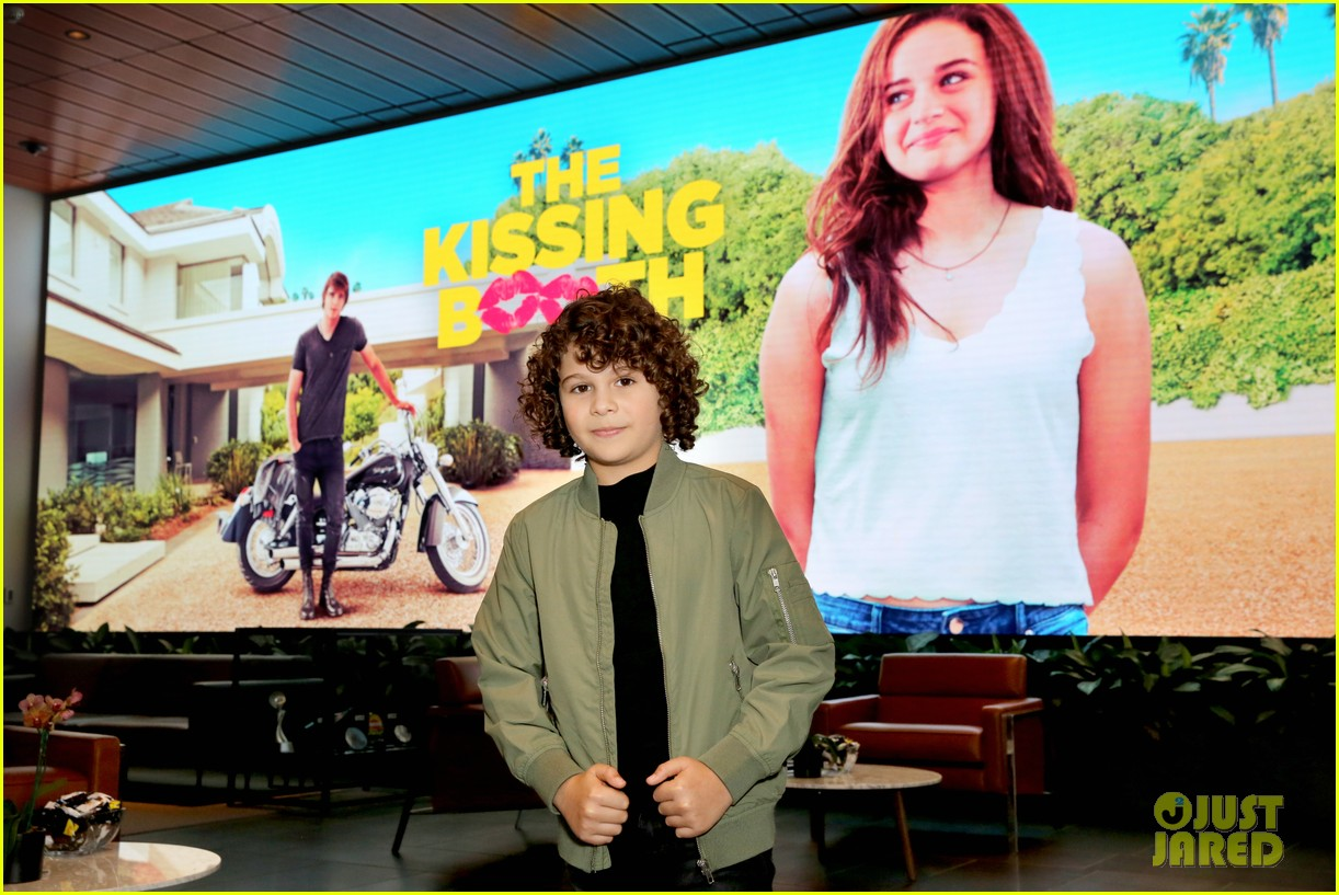 joey king is red hot at the kissing booth screening in la 064081155