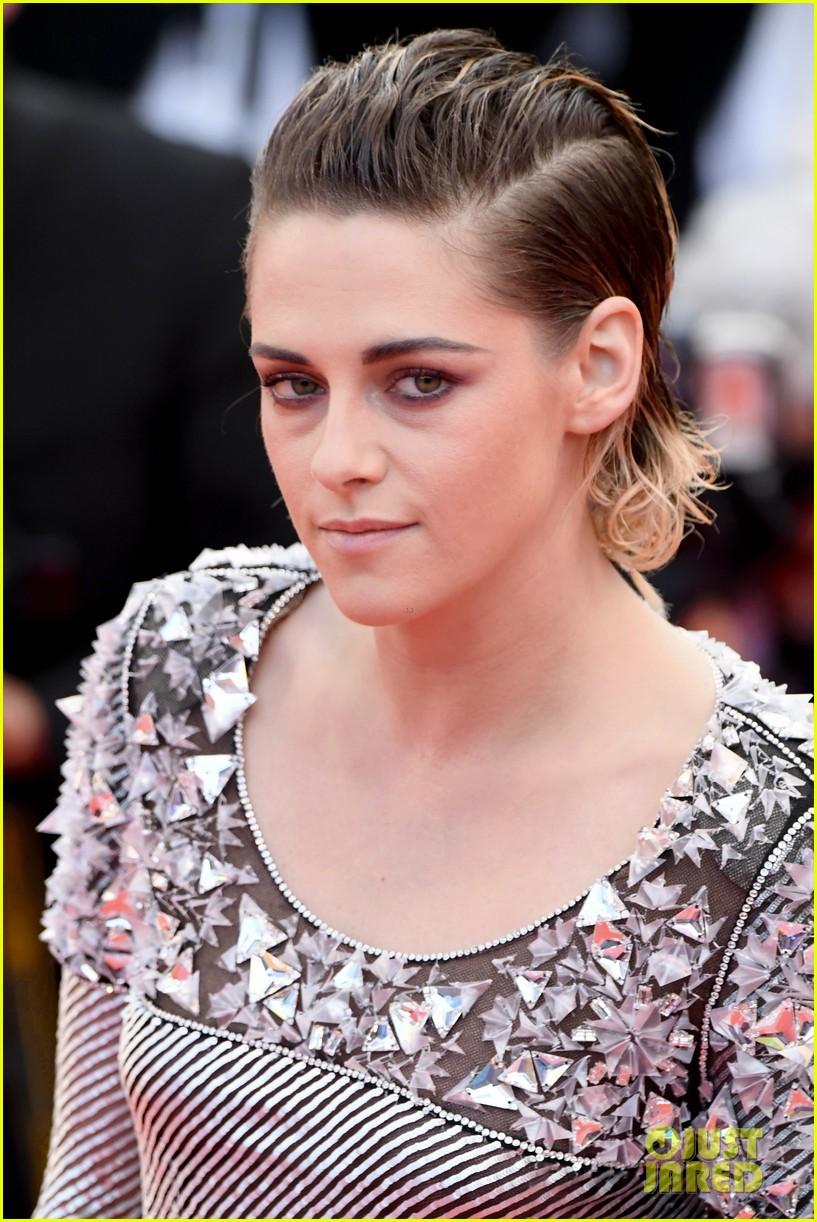 Kristen Stewart Walks On Wet Carpet After Taking Off Shoes ...