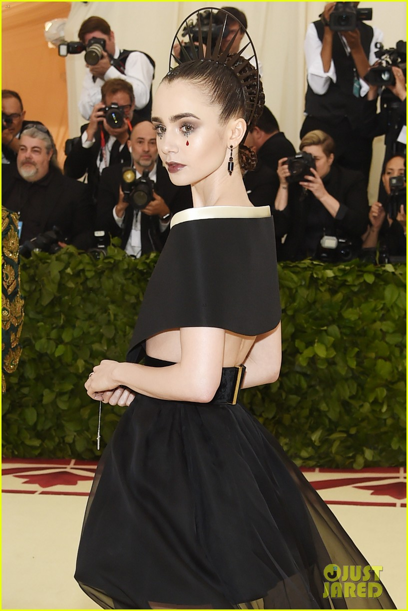 lily collins 2018 met gala red carpet 024078479