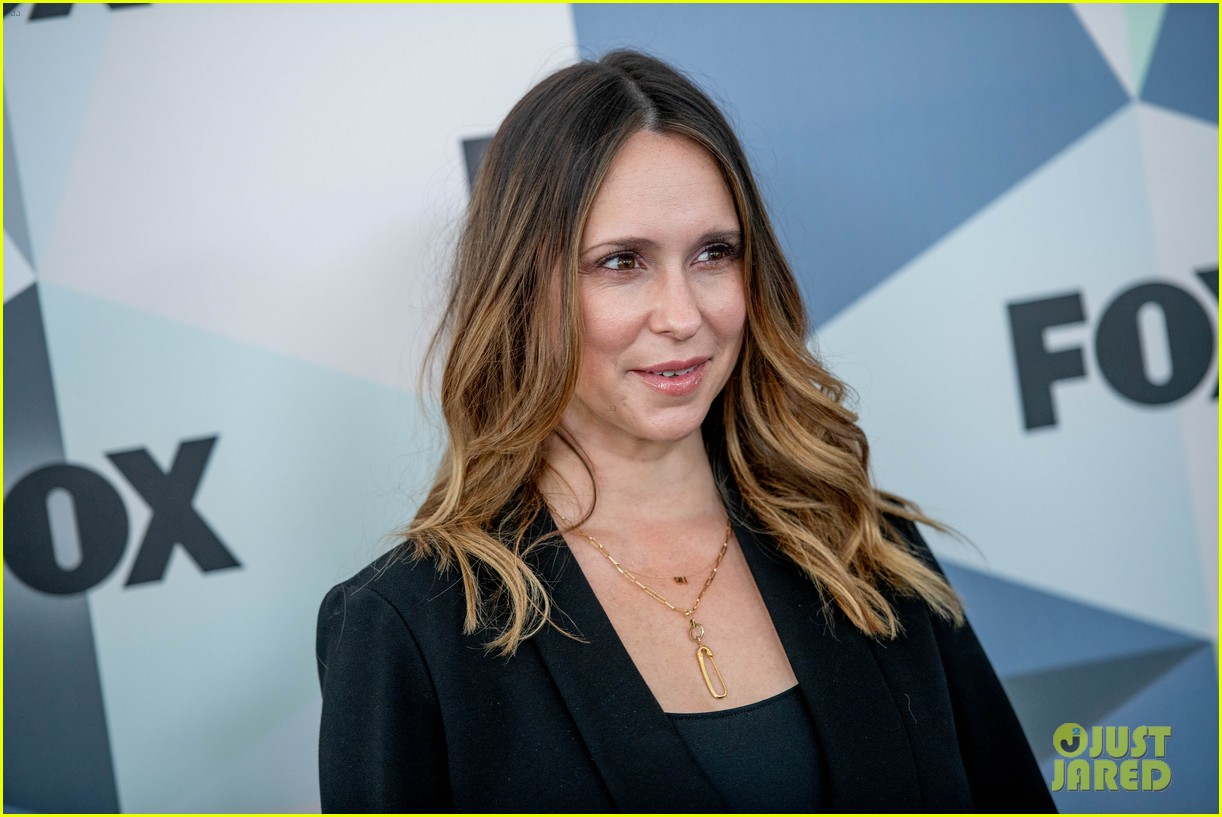 jennifer love hewitt apologizes for look on red carpet 094084145