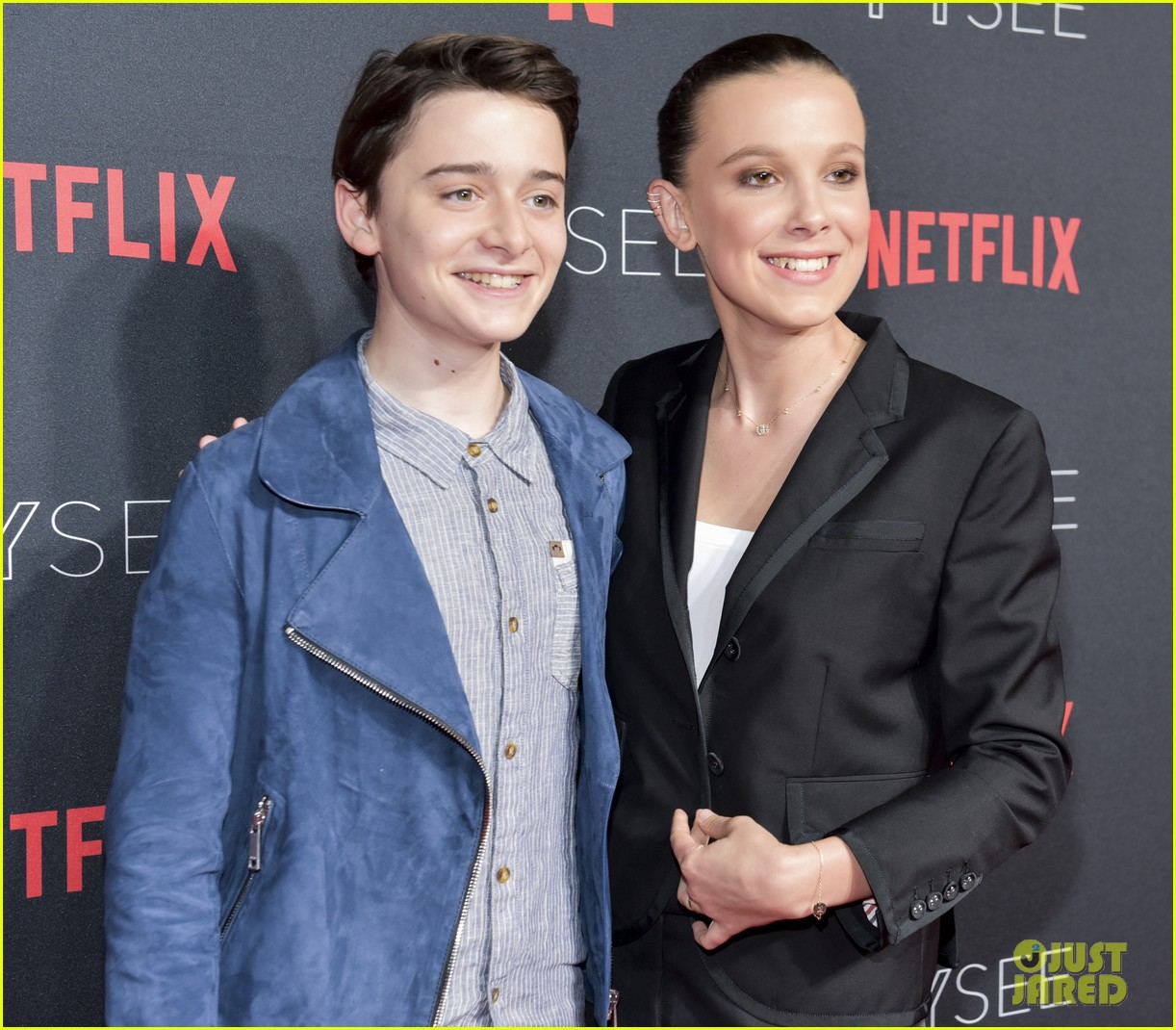 millie bobby brown naoh schnapp hold hands at stranger things panel 014087110
