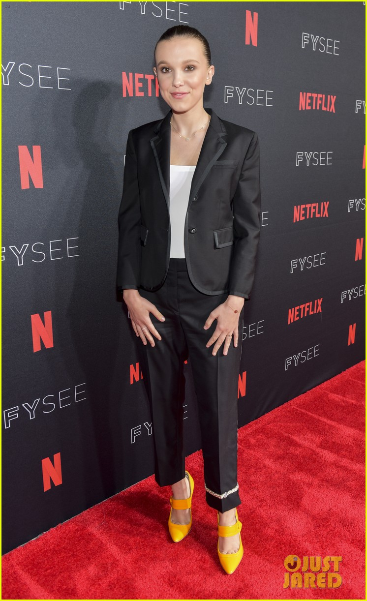 millie bobby brown naoh schnapp hold hands at stranger things panel 044087113