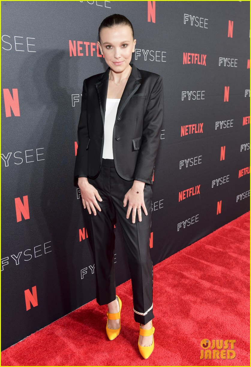 millie bobby brown naoh schnapp hold hands at stranger things panel 194087128