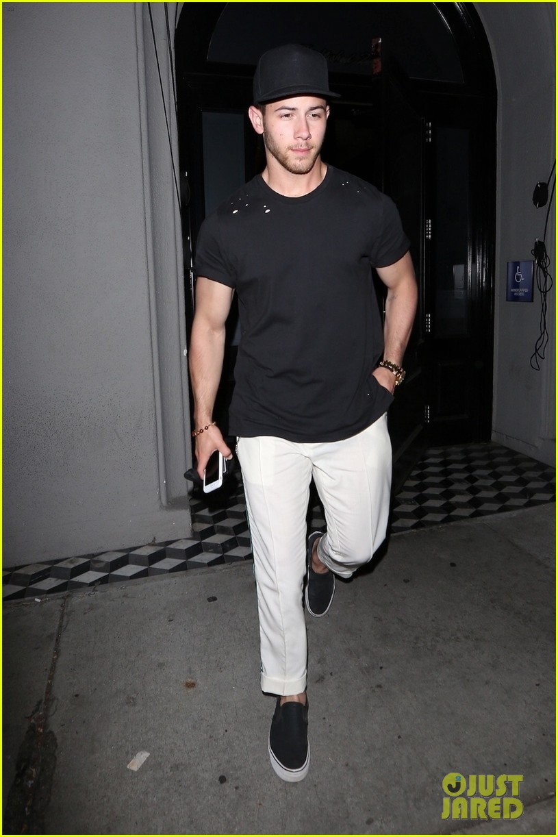 nick jonas shows off bicep muscles friday night 014077709