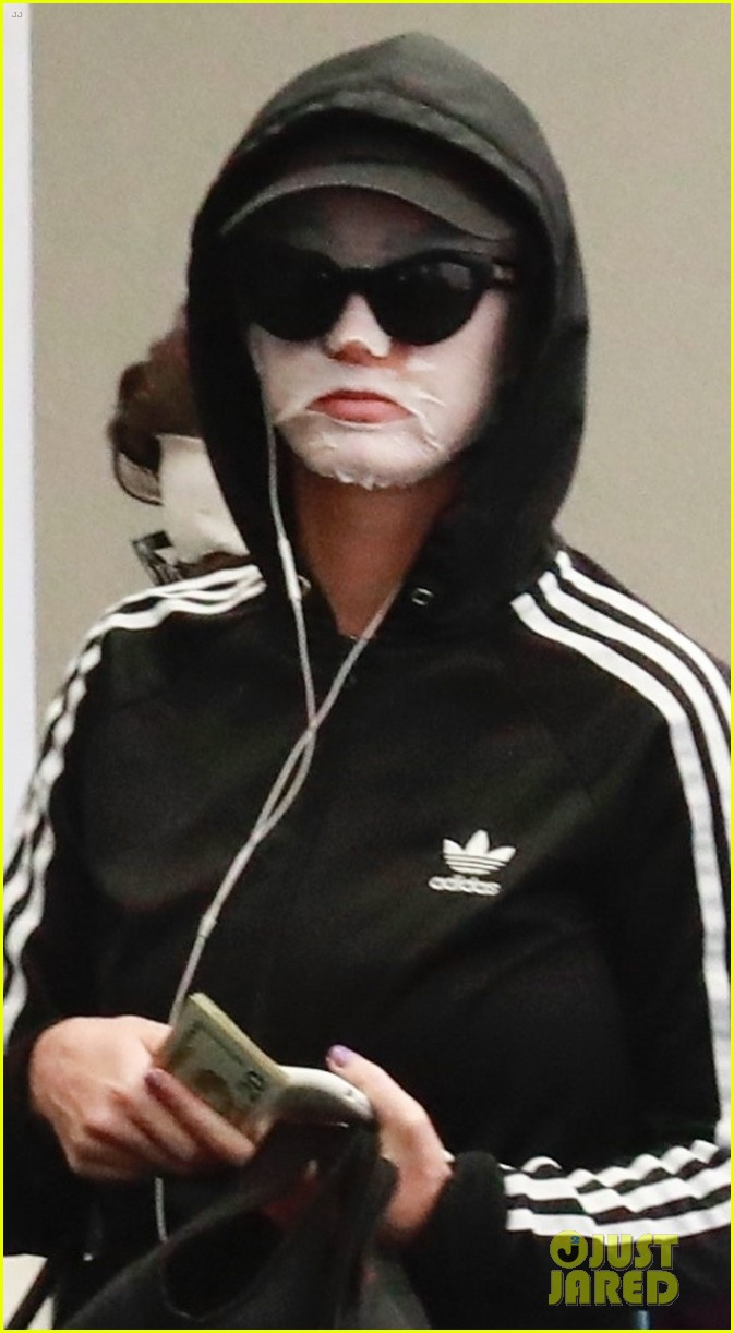 katy perry wears face mask home from the spa 014084022