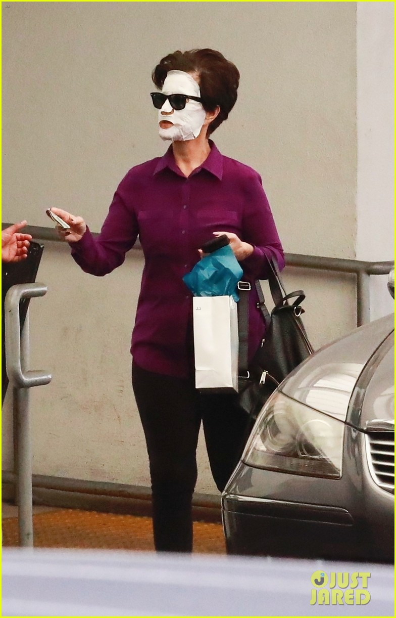 katy perry wears face mask home from the spa 024084023