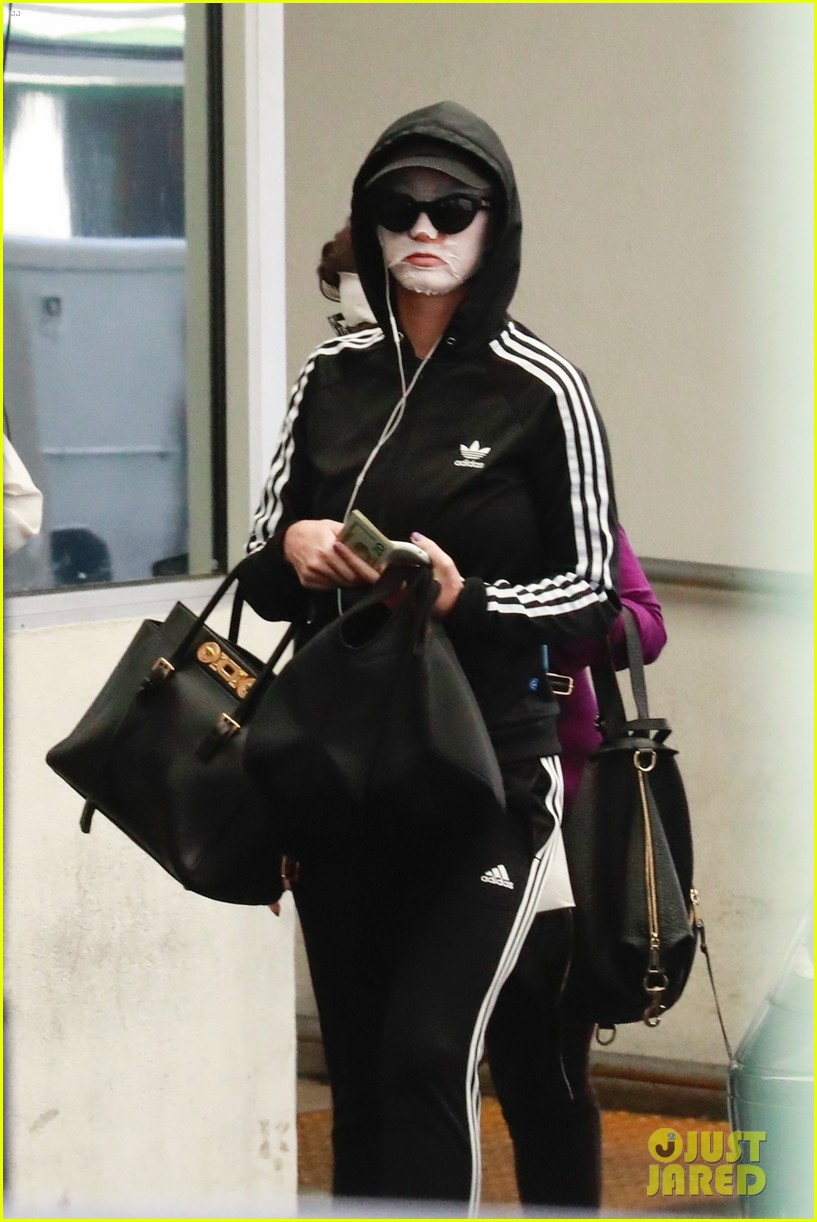 katy perry wears face mask home from the spa 044084025
