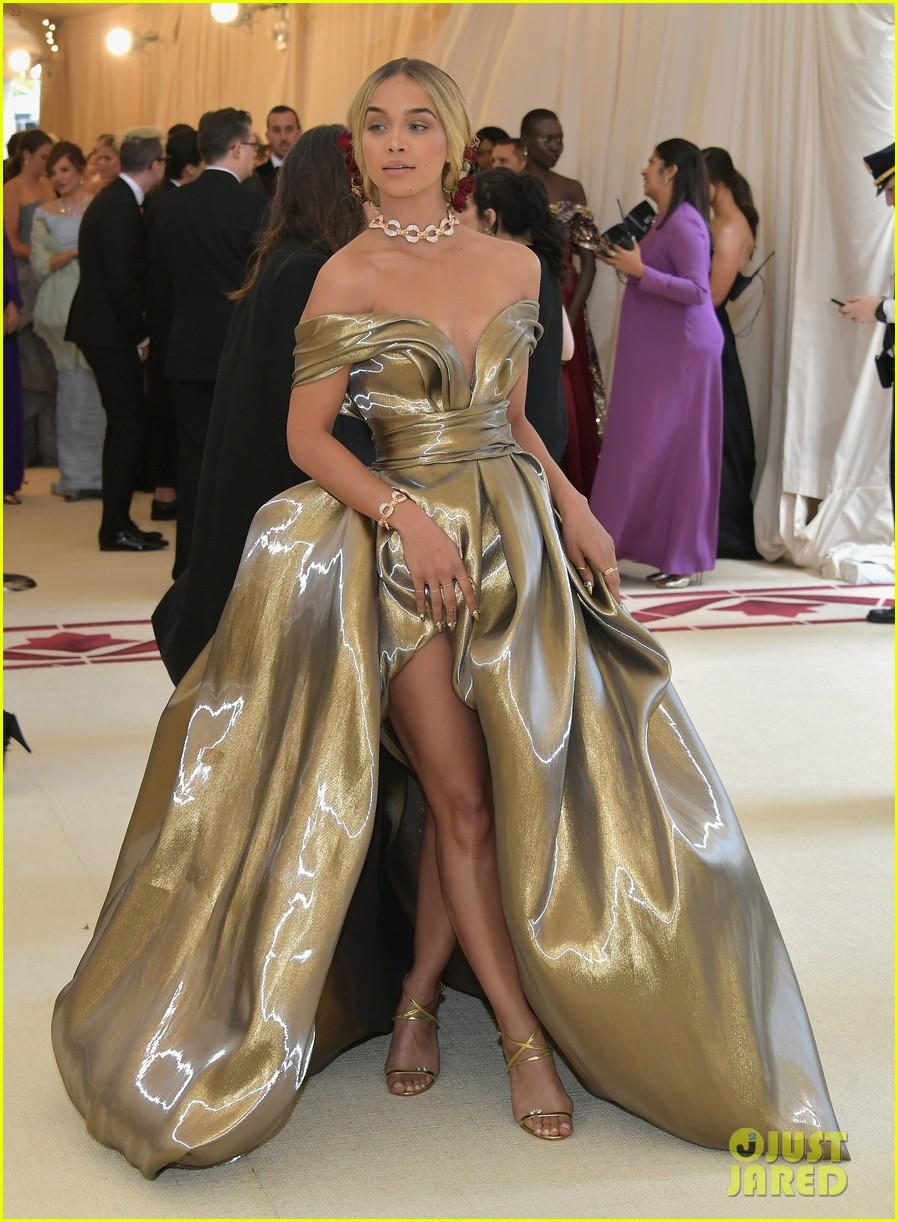 Jasmine Sanders Kiersey Clemons Glow In Gold At Met Gala 2018