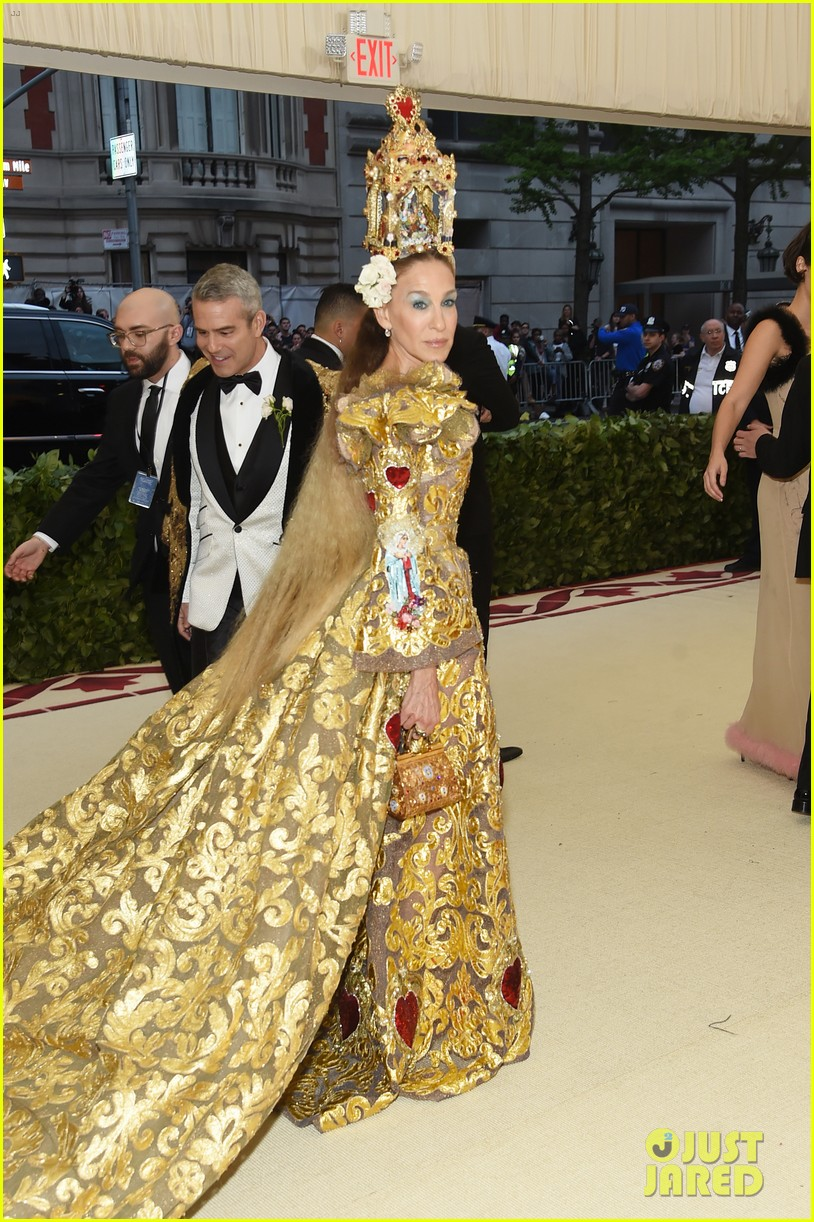 sarah jessica parker is a golden goddes at met gala 2018 014078603