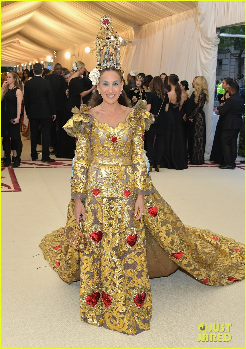 sarah jessica parker is a golden goddes at met gala 2018 094078611