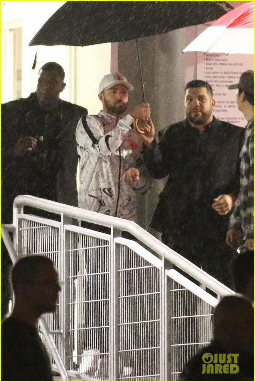 justin timberlake braves the rain after miami concert 034086980