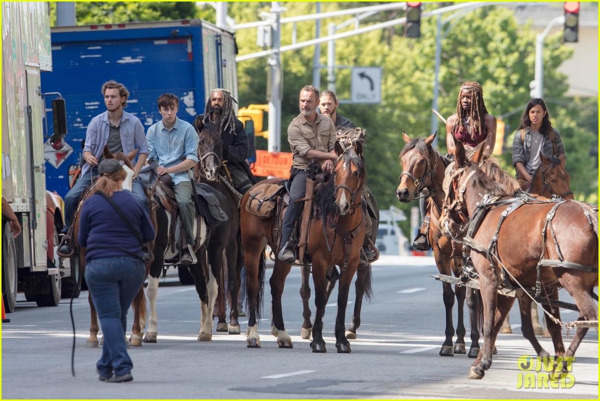 Walking Dead Set Photos Show Cast On Horseback For