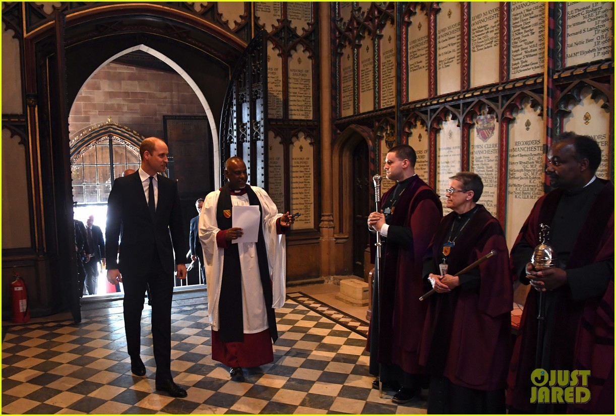 prince william honors manchester victims 06