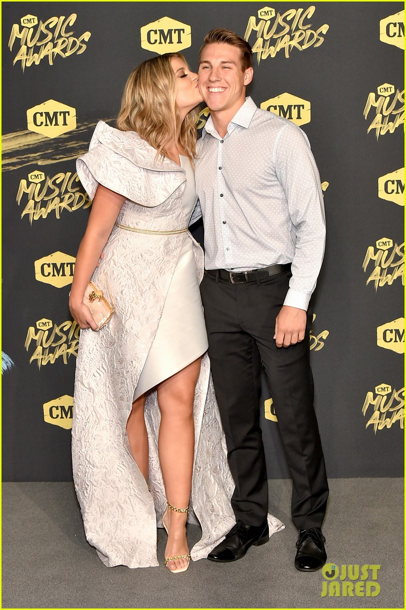 lauren alaina and kane brown win collaborative video of the year at cmt music awards 2018 024096455