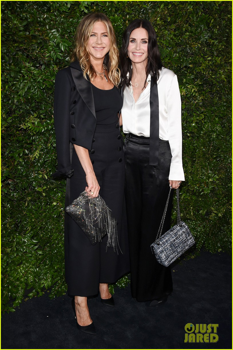 jennifer aniston courteney cox buddy up at chanel dinner 024094522